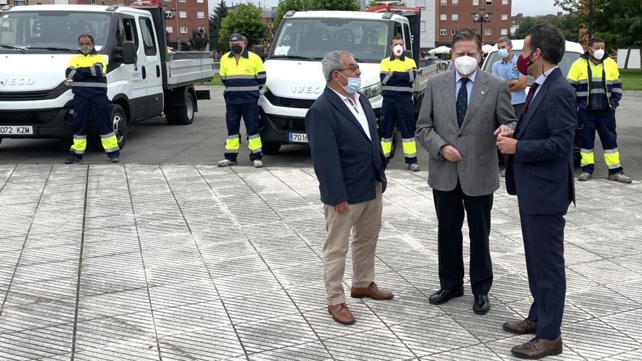 El alcalde de Oviedo, Alfredo Canteli; el primer teniente de alcalde, Nacho Cuesta; y el concejal delegado de vías urbanas y rurales, Alfonso Pereira
