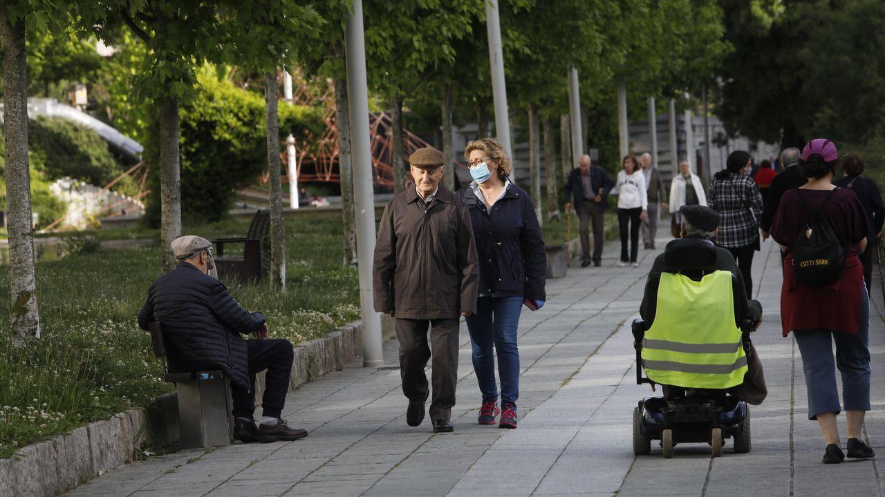 Paseo de las Avenidas en Vigo.Gente paseando por la tarde en el centro de Ourense