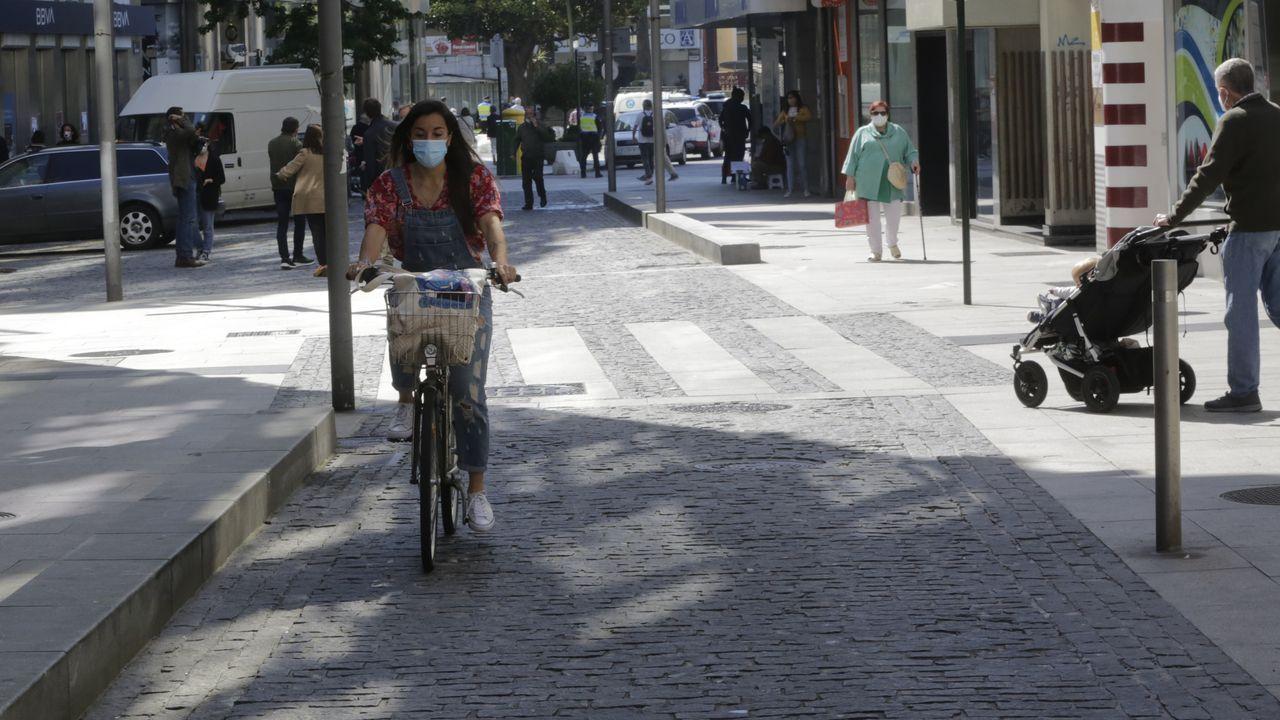 Así se circula ahora por los Cantones.Inés Rey contemplando una foto del día que tomó el bastón de alcaldesa en María Pita