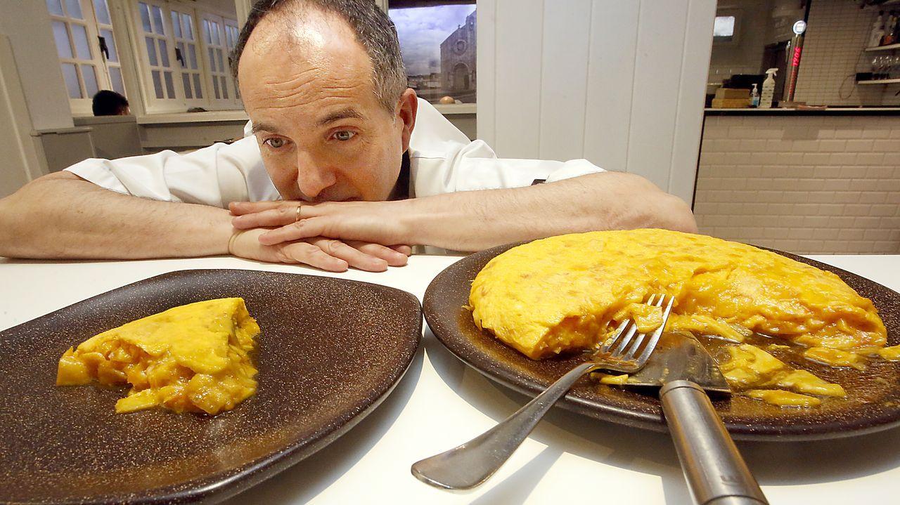 Mesón O Pote (Betanzos). Alberto García ha hecho de su tortilla su seña de identidad. Fue la mejor tortilla de España (2011) y obtuvo otro reconocimiento nacional en el 2017. «Es muy singular», dice.