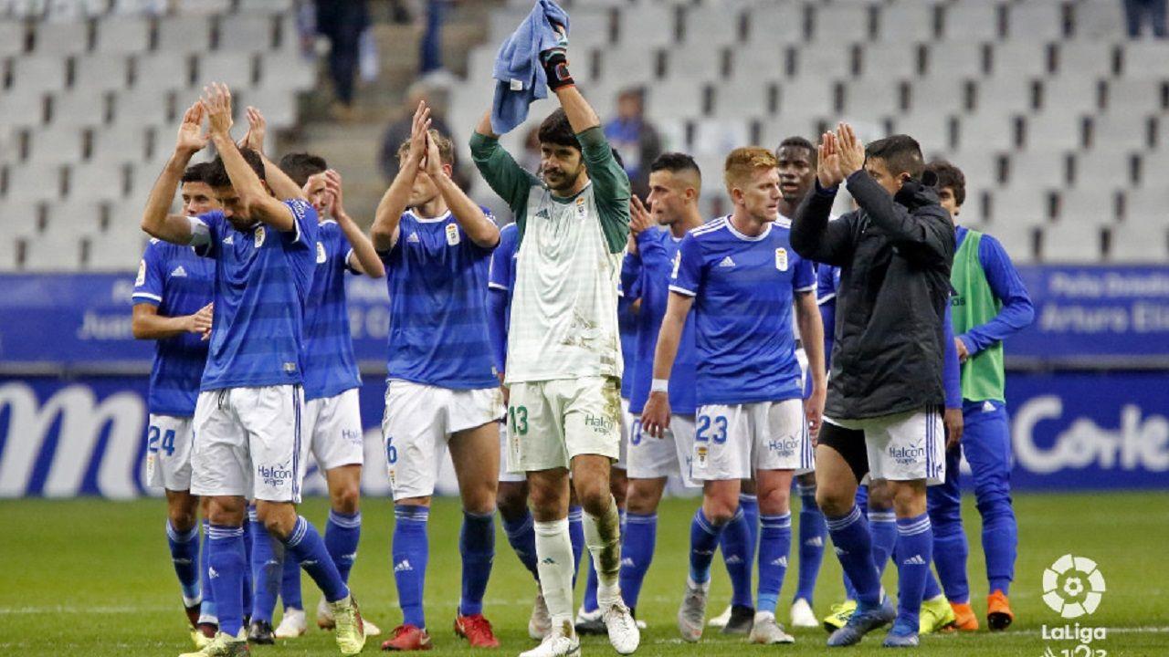 Los jugadores del Oviedo aplauden a la afición del Tartiere