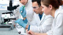 Investigadores realizando pruebas en un laboratorio