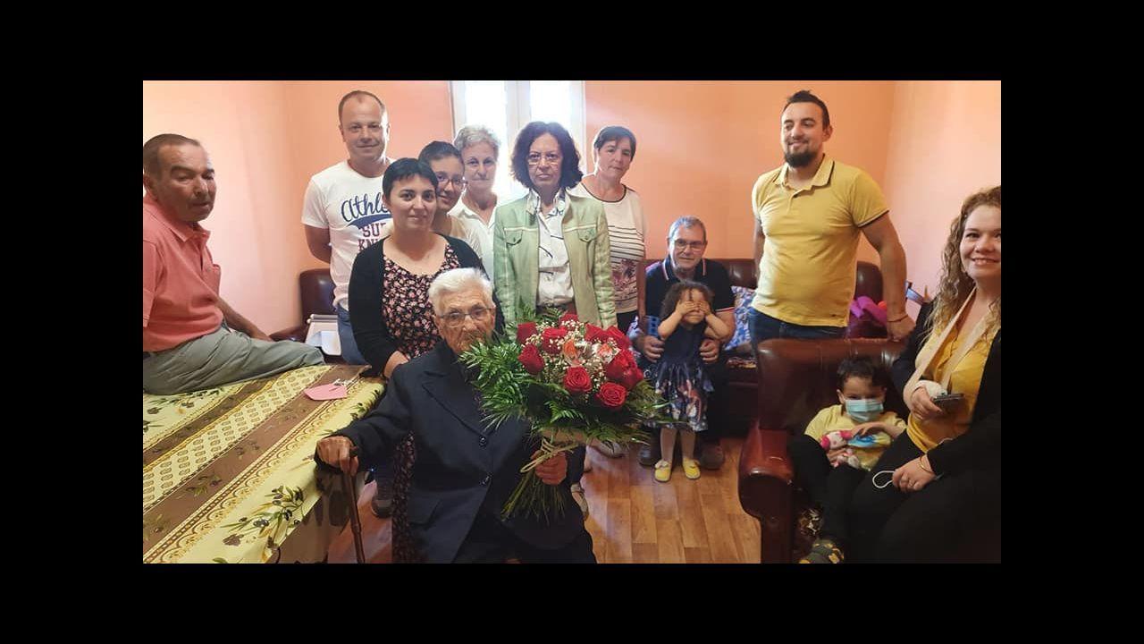 María Celia Mosquera Pérez, rodeada de sus familiares más cercanos el día de su 100 cumpleaños