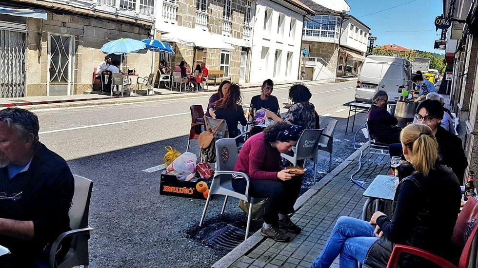 Así fue el primer día de Ourense con mascarillas obligatorias.Primera feria en Castro Caldelas en la fase 1 de la desescalada