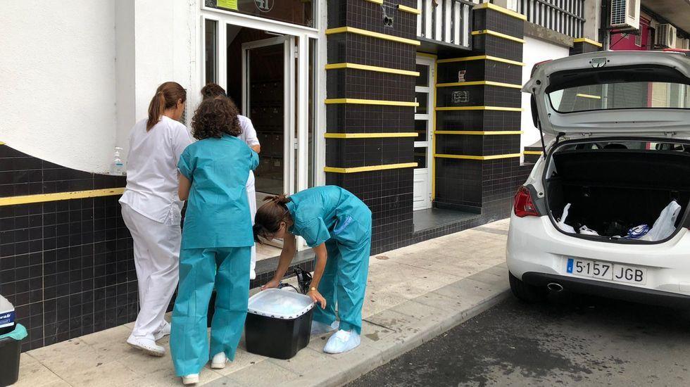 Feijoo comparece tras el comité clínico de expertos sanitarios.Personal sanitario en el exterior del edificio de Duquesa de Alba cuyos vecinos están confinados