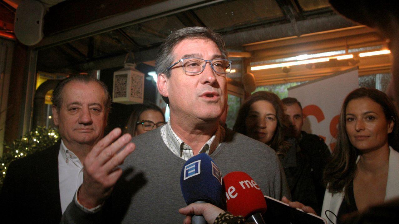 El cabeza de lista de Ciudadanos al Congreso de los Diputados por Asturias, Ignacio Prendes, hace declaraciones a los periodistas momentos antes de participar del acto de cierre de campaña electoral en un restaurante de Gijón
