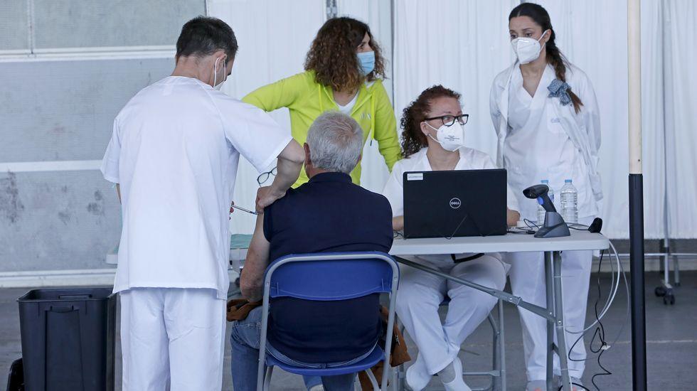Vacunación masiva contra el Covid-19 con AstraZeneca para personas entre 60 y 65 años en el recinto ferial de Pontevedra