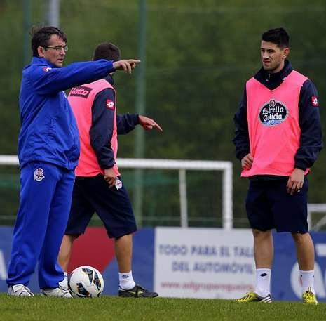 Buen ambiente y pruebas físicas en el entrenamiento del Dépor.Fernando Vázquez, en la imagen junto a Pizzi, quiere evitar la relajación de sus jugadores.