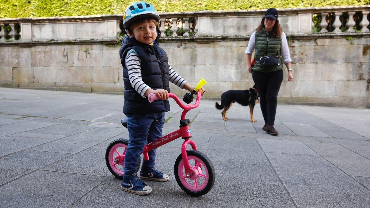 Suyán Velásquez con su madre Isabel García salen a la calle,  en Pontevedra