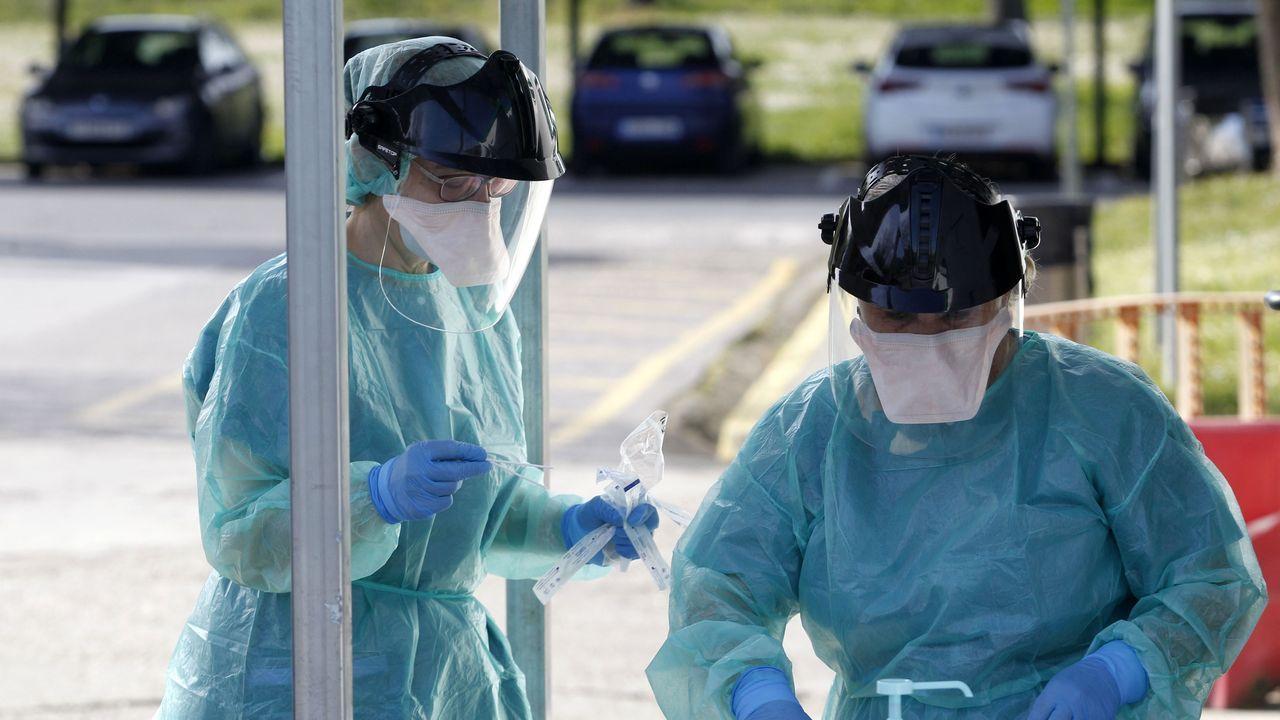 Personal sanitario en el punto de recogida de muestras de casos sospechososos de coronavirus en el exterior del hospital de Monforte