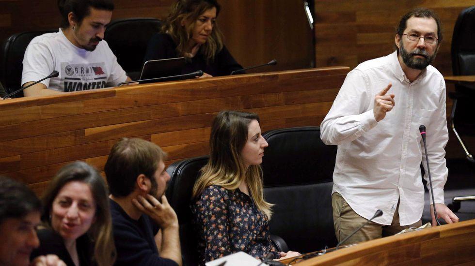 La socialista María Luisa Carcedo.El portavoz de Podemos, Emilio León, durante su intervención en el pleno de hoy de la Junta General.