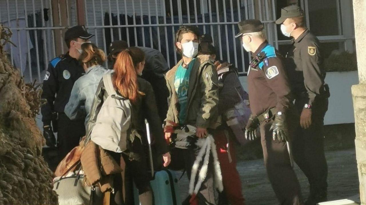 Manifestación vecinal contra una casa okupada en el barrio de las Flores.Edificio principal de los juzgados de Santiago, en el que se encuentra la sede de la sección compostelana de la Audiencia Provincial