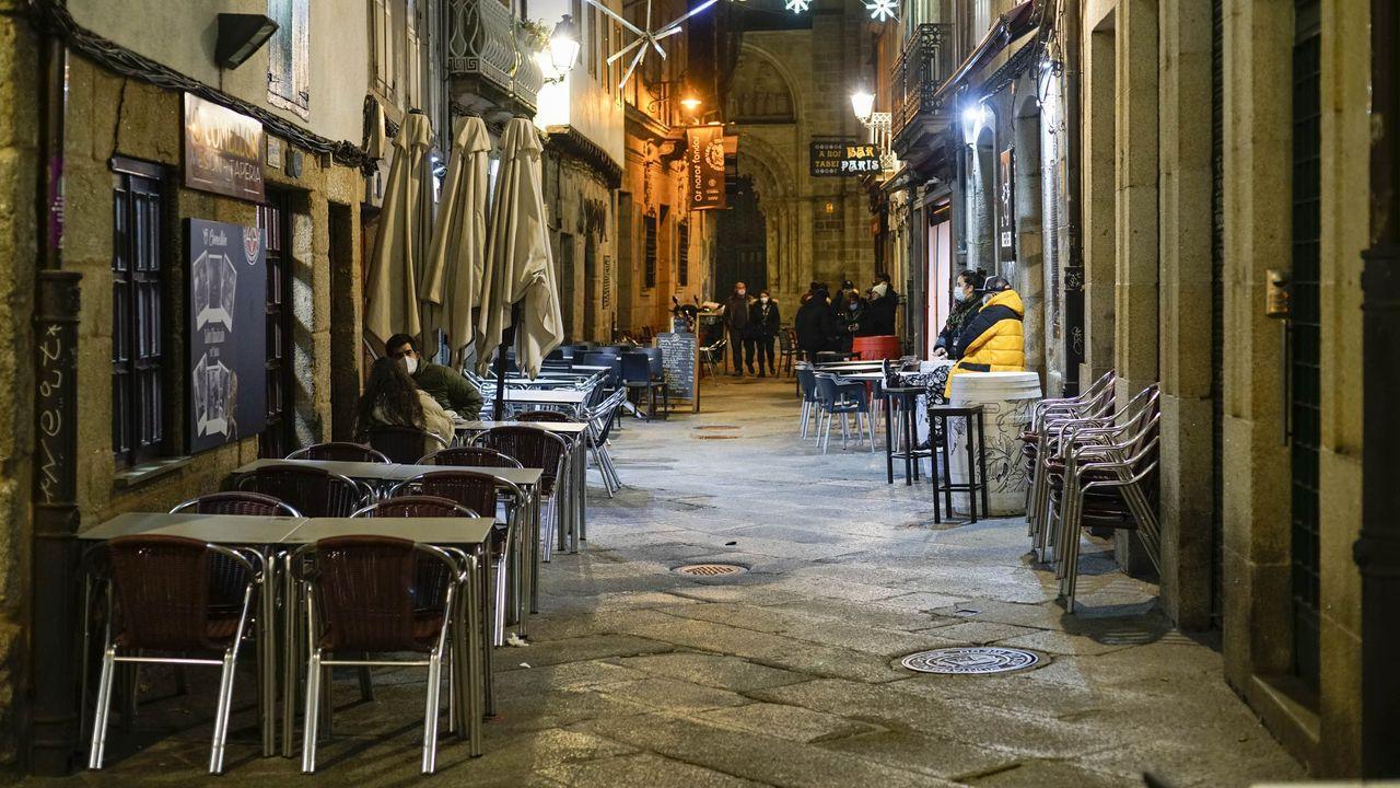 Los nuevos farmacéuticos de Ourense.Clientas de un bar de la capital saliendo del negocio minutos antes de las seis de la tarde, hora de cierre