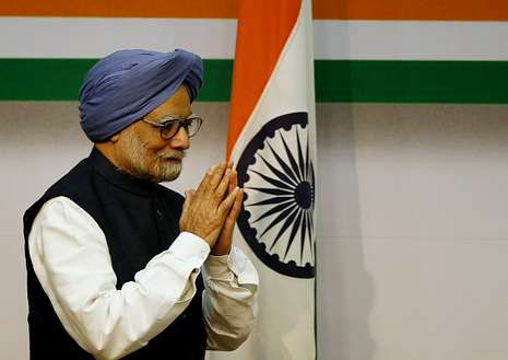 Singh saluda al comienzo de su comparencia.