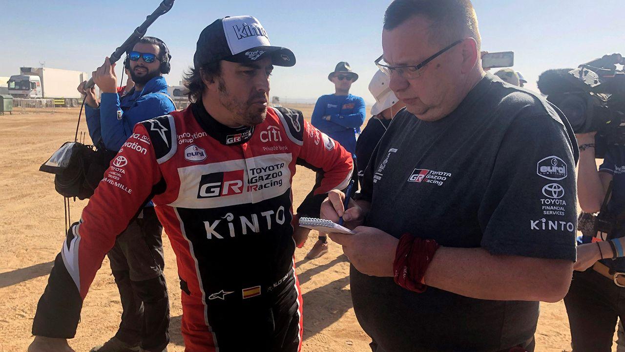 El piloto español de Toyota, Fernando Alonso (izda), a su llegada al campamento del Dakar en Wadi Al Dawasir (Arabia Saudí), tras finalizar la séptima etapa del rally, donde finalizó en la sexta posición