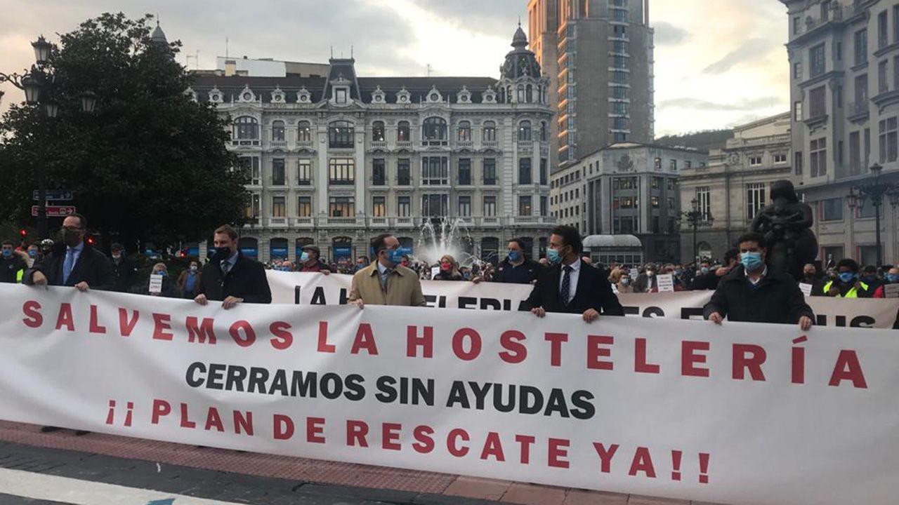 Manifestación en la plaza de la Escandalera en contra de las medidas restrictivas del Gobierno de Asturias