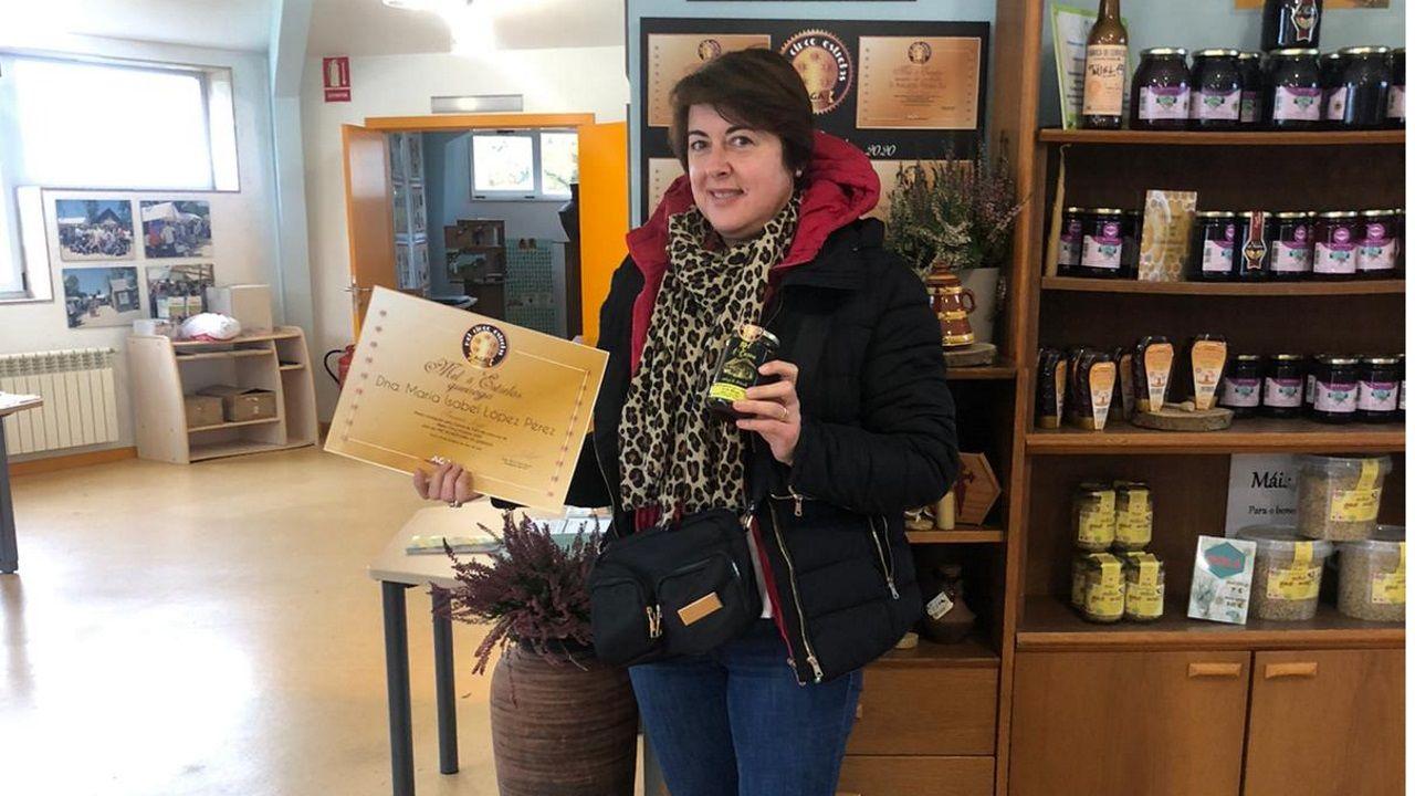 Isabel, que tiene las colmenas en Piornedo, muestra su producto