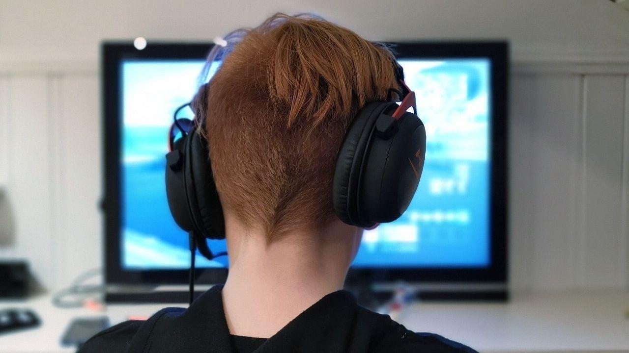 Un joven frente a la pantalla del ordenador