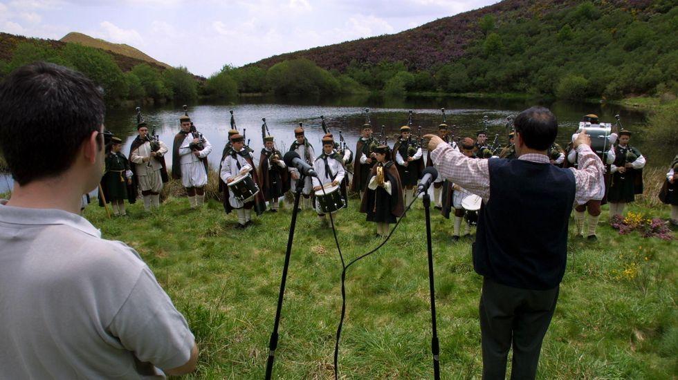 La Banda de Gaitas do Courel, dirigida por Xosé Lois Foxo, realiza una grabación en la orilla de la laguna en una imagen de archivo de mayo del 2002