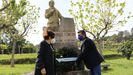 Ofrenda floral ante el monumento de Domingo Fontán, en Portas