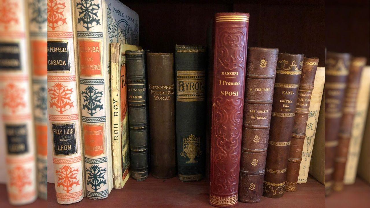 Algunos de los libros de la autora que están custodiados en la sede de la Real Academia Galega