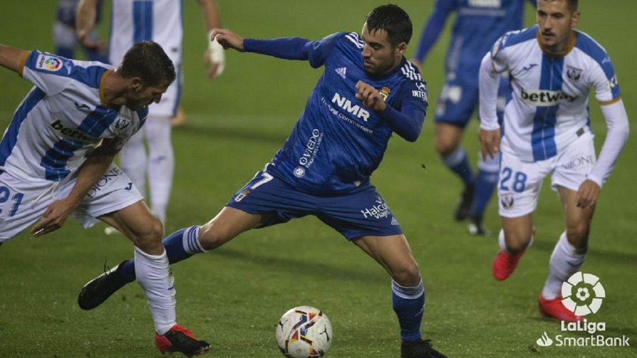 Johannesson pugna por un esférico con Rubén Pérez