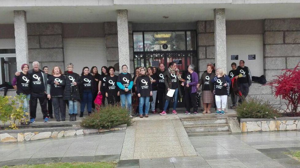 25N.En Petín hubo una concentración a las puertas del consistorio