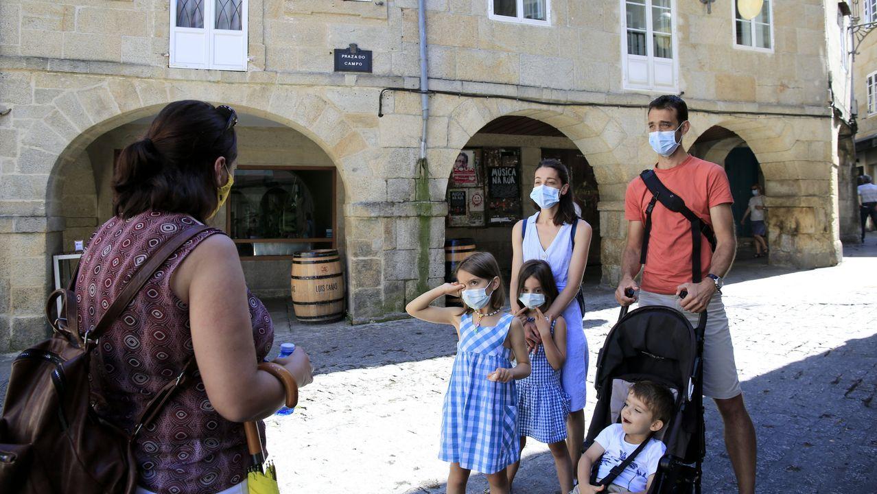 Turistas participando en una de las visitas guiadas en Lugo