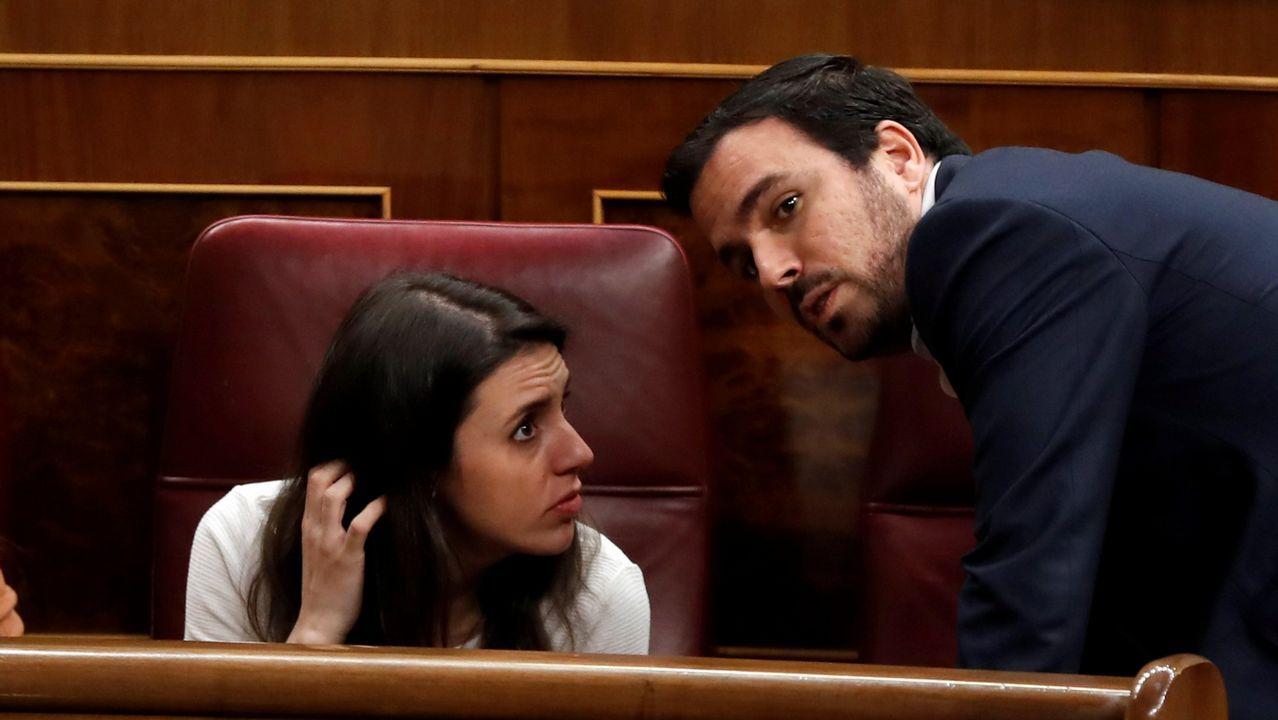 Imagen de archivo de la portavoz de Unidos Podemos en el Congreso, Irene Montero, conversando con el coordinador federal de IU, Alberto Garzón