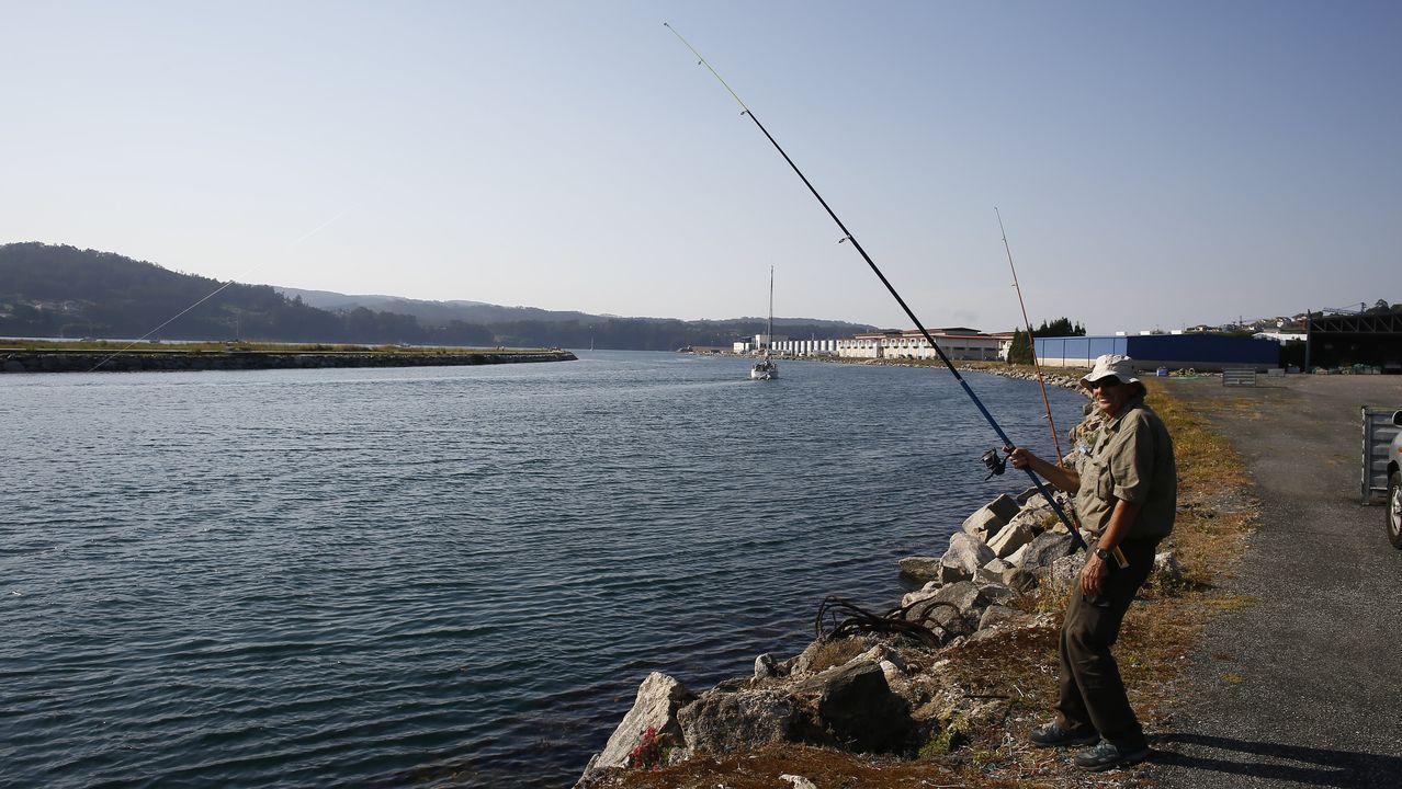 Dos cañas y un máximo de seis anzuelos puede utilizar cada aficionado a la pesca marítima recreativa, como hacía este el jueves en Viveiro