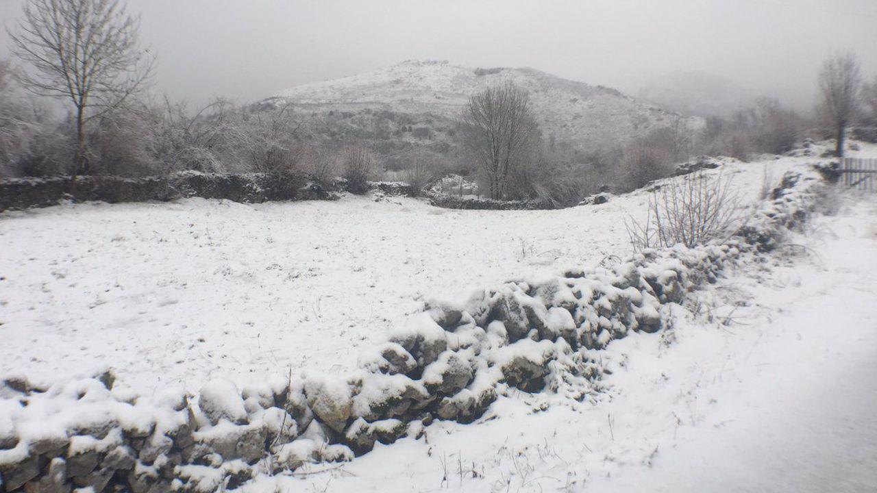 La nieve dificulta el tráfico en la autopista del Huerna.Nieve en Cabrales