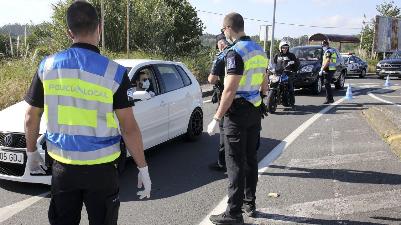 Control de la Policía Local en el acceso a Ares, en mayo, al poco de levantarse el primer estado de alarma