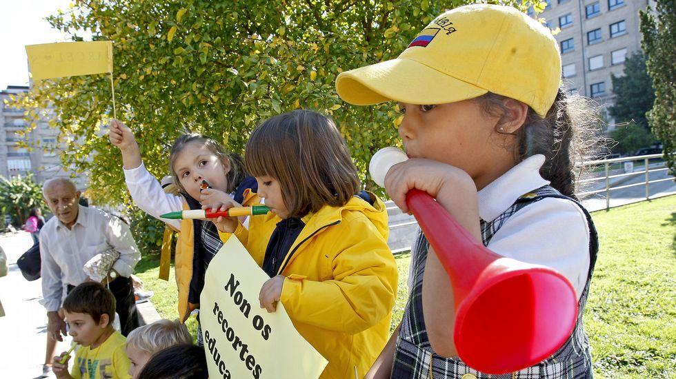 Barcelos protesta de amarillo.Pilar Rojo, junto a Feijoo durante un acto en Vigo