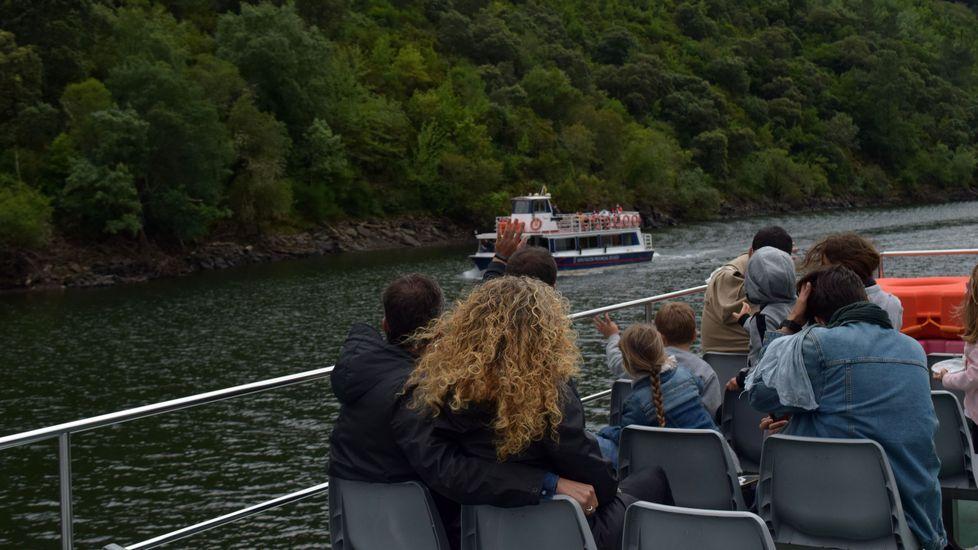 Viajeros en uno de los barcos turísticos de la Diputación de Lugo en la Ribeira Sacra