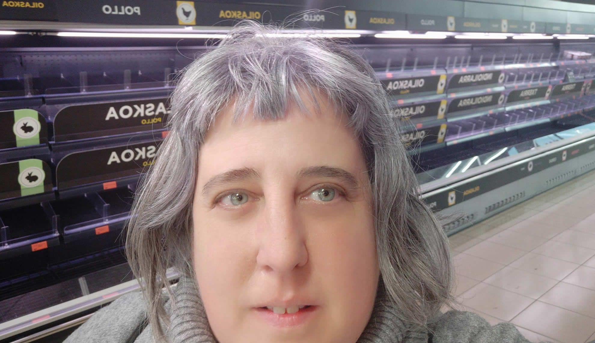 La coruñesa Ester Palacio se fotografió delante de uno de los lineales del supermercado