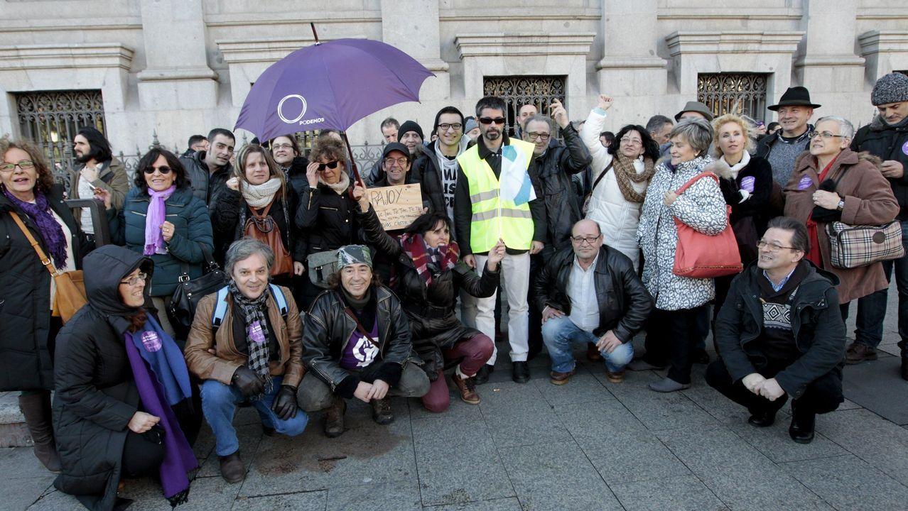 La lista de caídos en Podemos.Pablo Iglesias, entre Ada Colau y Alberto Garzón, en un mitin celebrado en Barcelona a una semana del 26M
