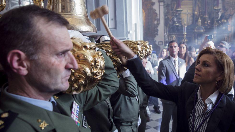CIFUENTESH. Mariano Rajoy y Cospedal saludando, en enero, a los representantes de la Asociación de Víctimas del Yak-42
