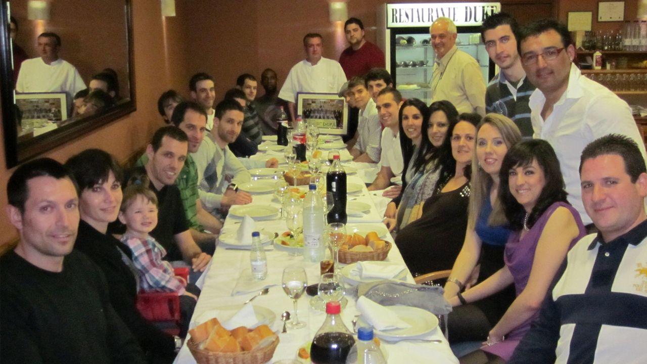 Sergio García (de rojo al fondo) y Mirotic (el octavo en la fila inferior izquierda) durante la cena de salvación del equipo palentino tras su regreso a LEB Oro. Natxo Lezkano, extécnico de Breogán, es el primero empezando por la izquierda