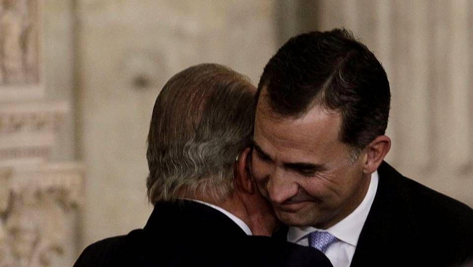 Juan Carlos I y Felipe VI se saludan tras firmar el primero la abdicación