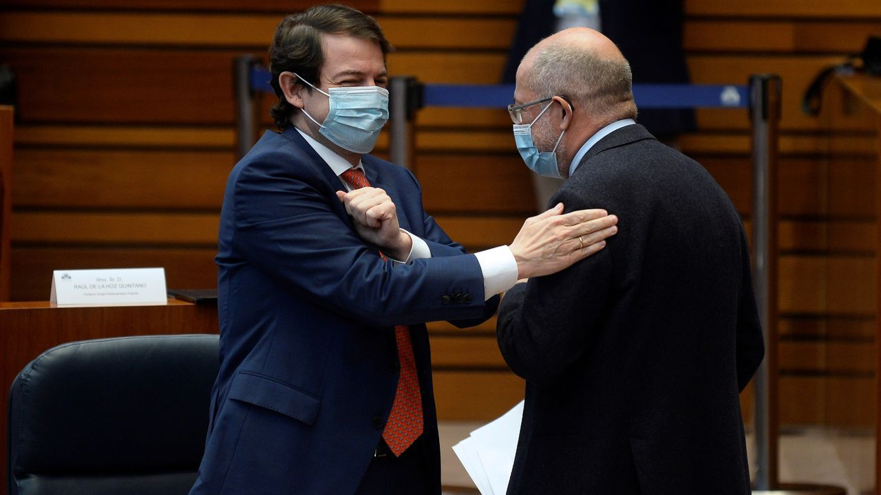 El presidente de la Junta, Alfonso Fernández Mañueco, a la izquierda, felicipa a Francisco Igea, de Cs tras su intervención en el primera jornada del debate de la moción de censura en Castilla y León