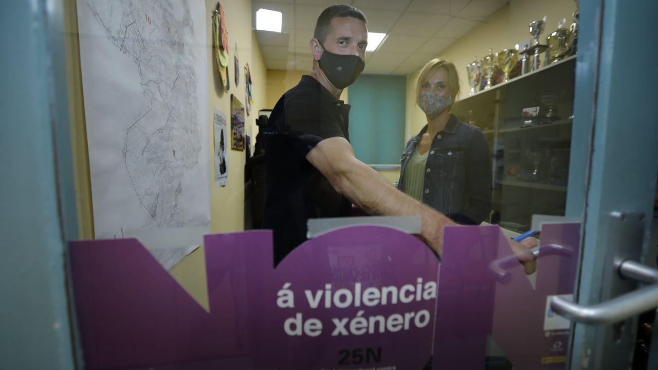 «Só pido seguridade para min e que podamos vivir sen medo».Un agente de la Policía Nacional entra en la vivienda de la mujer asesinada en Valladolid