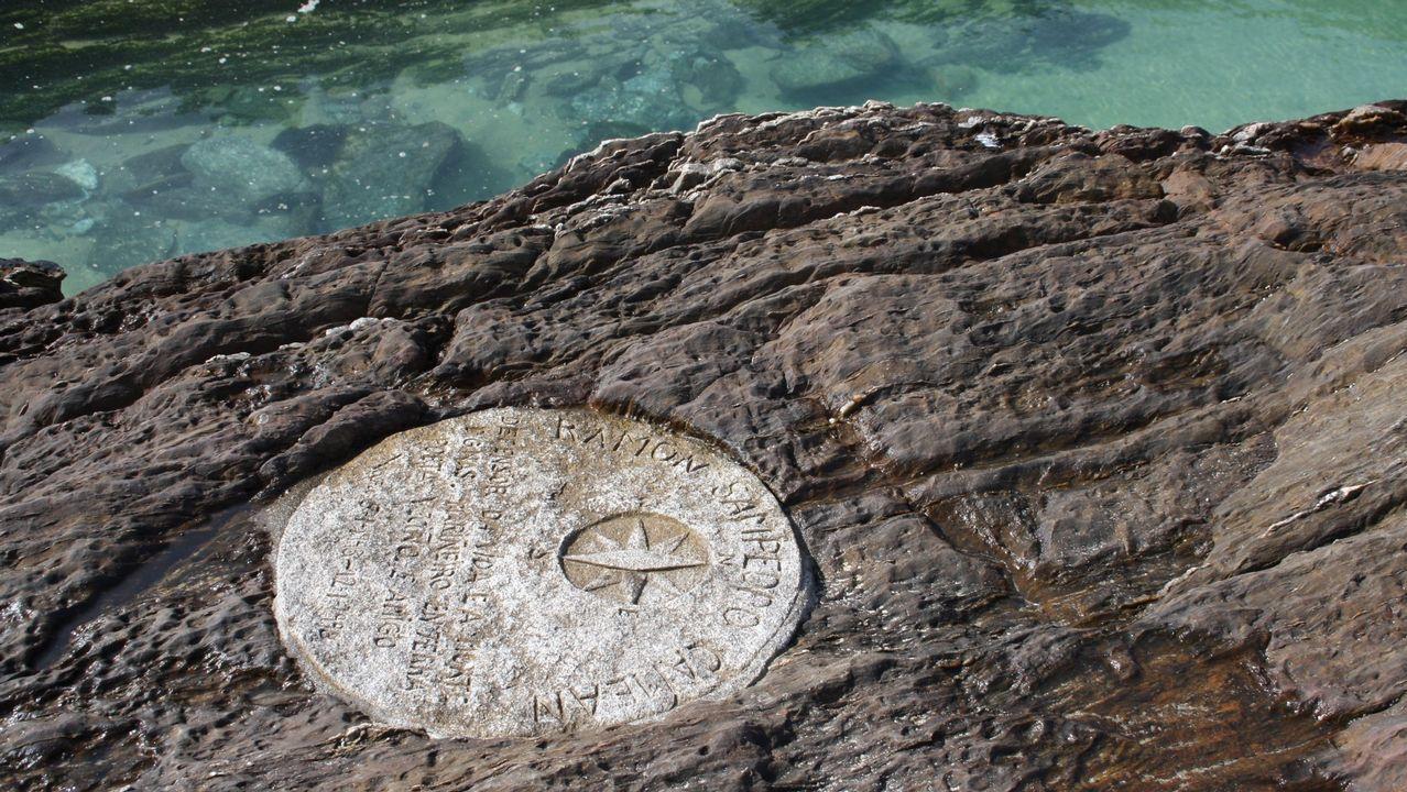 Placa homenaje a Ramón Sampedro en el lugar donde sufrió el accidente que lo dejó tetrapléjico, en la playa de As Furnas (Porto do Son)