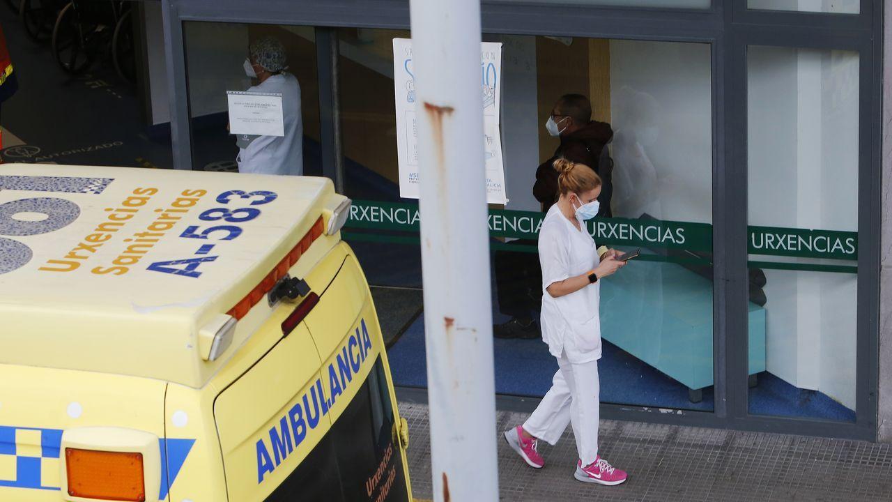 Los hosteleros protestan antela Xunta.Traslado de una paciente en el área de urgencias del hospital  Montcelo, en Pontevedra