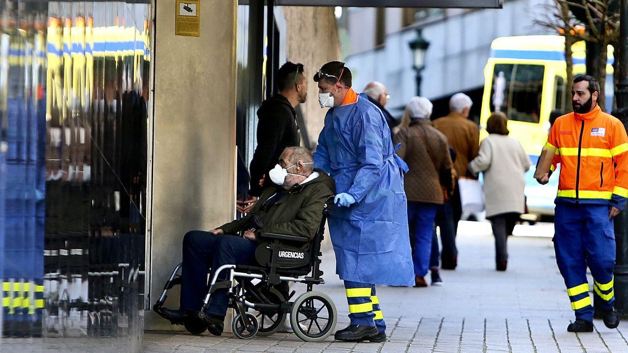 El primer paciente de coronavirus de Vigo sale de la UCI.Gente con mascarillas entrando en Povisa