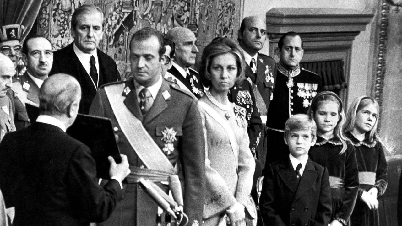 Los reyes, con los galardonados.Juan Carlos de Borbón presta juramento como rey de España en noviembre de 1975. A su lado, la reina Sofía, con la que se casó en 1962.