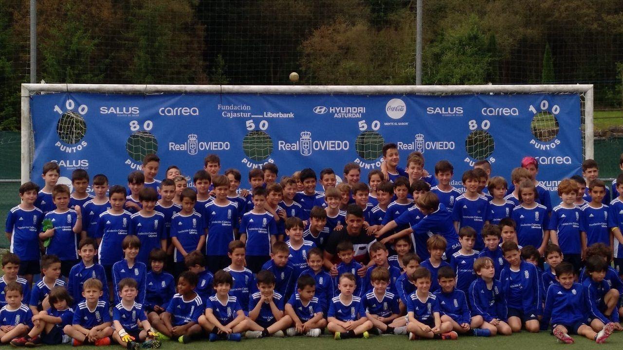 Saúl Berjón, en el centro, con los niños y niñas del campus del Real Oviedo