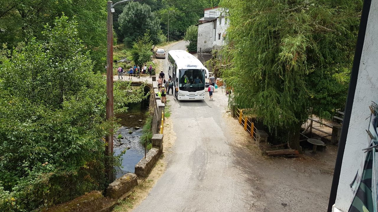 Una visita en imágenes al punto de encuentro de los ríos Cabe y Sil.Un autobús de turistas junto al puente de Ferramulín