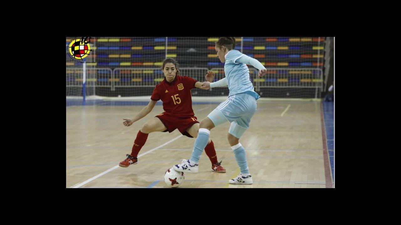 La Voz reúne al talento femenino coruñés.Mery controla un balón en un momento de la temporada pasada