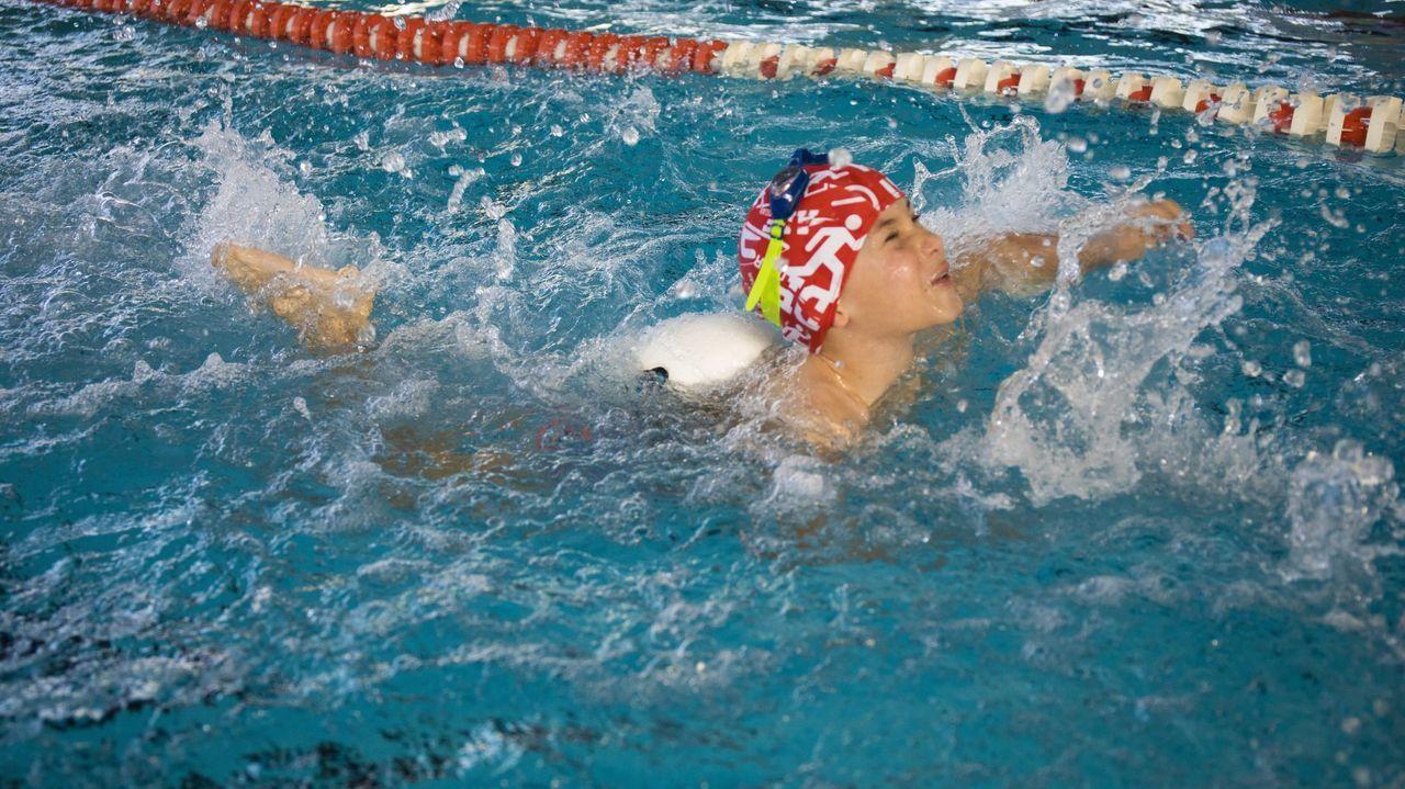 La piscina Carballo Calero, de Carballo, tiene una sección de natación adaptada.  Mantener las rutinas establecidas ayuda al hermano del niño con diversidad a comprender la situación