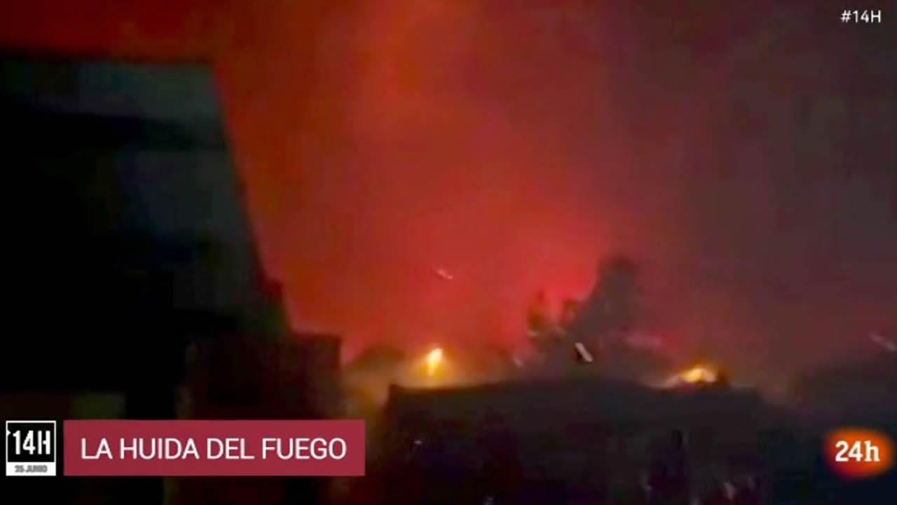 Una familia huye del fuego en Mazagón